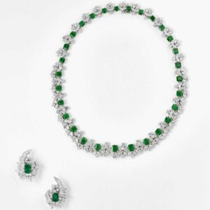 IMPORTANT EMERALD SETNecklace, a bracelet, a pair of ear clips and ring€ 84.500